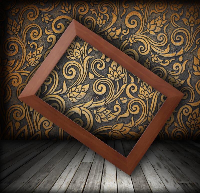 Marco de madera en el color de la pared de la rotación de oro del color imagenes de archivo