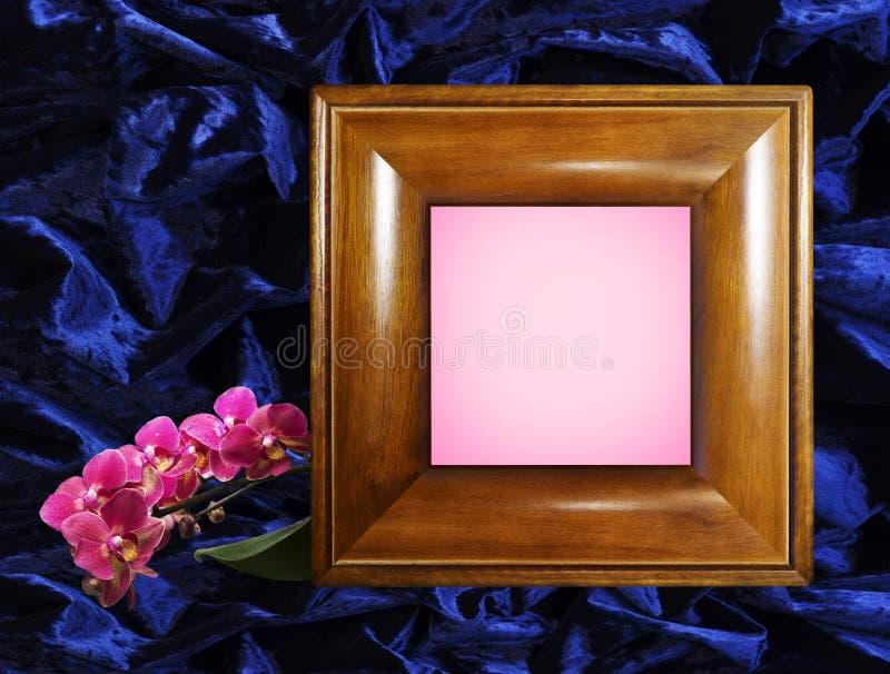 Marco de madera de la foto con una puntilla de orquídeas imagen de archivo