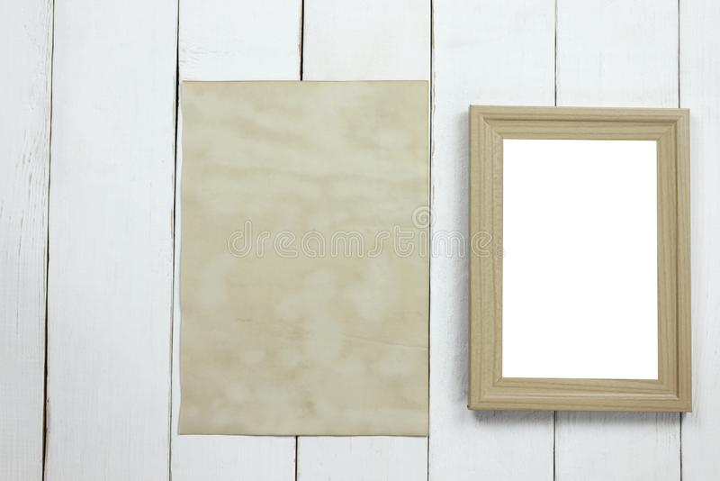 Marco de madera de la foto y documento vacío viejo del vintage sobre f de madera blanca fotos de archivo