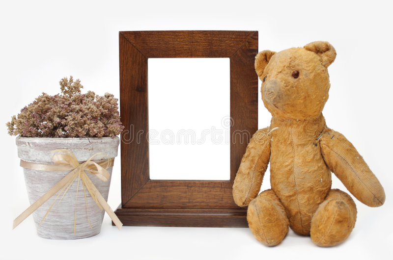 Marco de madera, oso del peluche y crisol de flor imagen de archivo