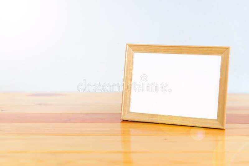 Marco de madera vacío de la foto en la tabla de madera con el espacio de la copia, imagen imagen de archivo
