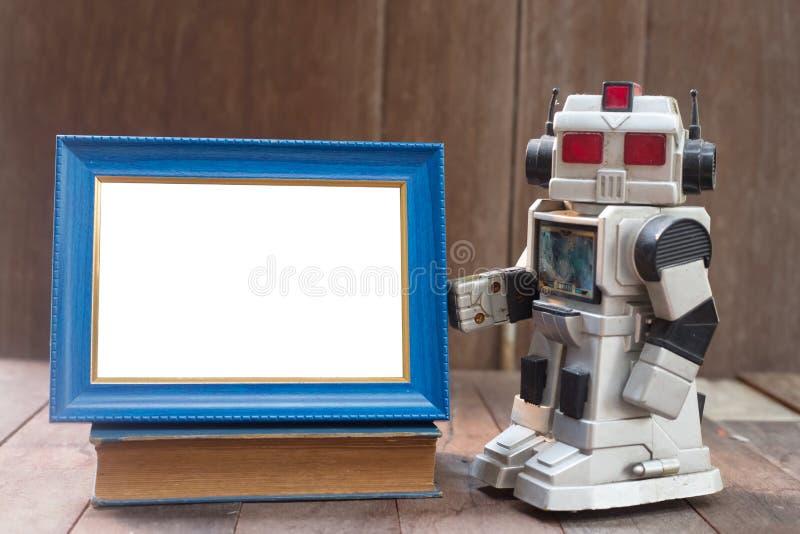 marco de madera y oldrobot imagenes de archivo