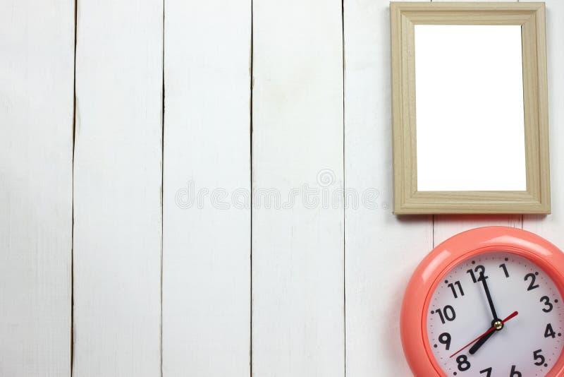 Marco de madera y reloj a las ocho fotografía de archivo