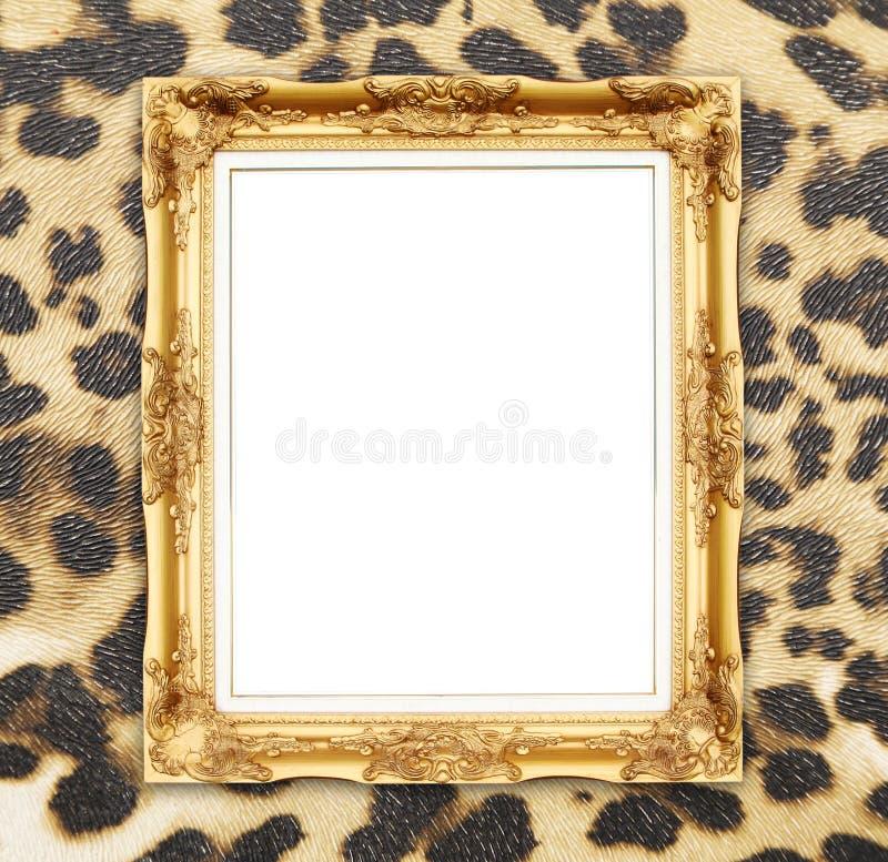 Marco de oro en blanco con textura del leopardo foto de archivo libre de regalías
