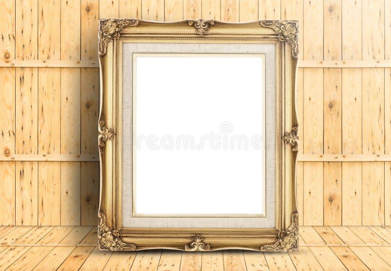 Marco de oro en blanco del vintage en el piso de madera y la pared de madera del tablón, T fotografía de archivo