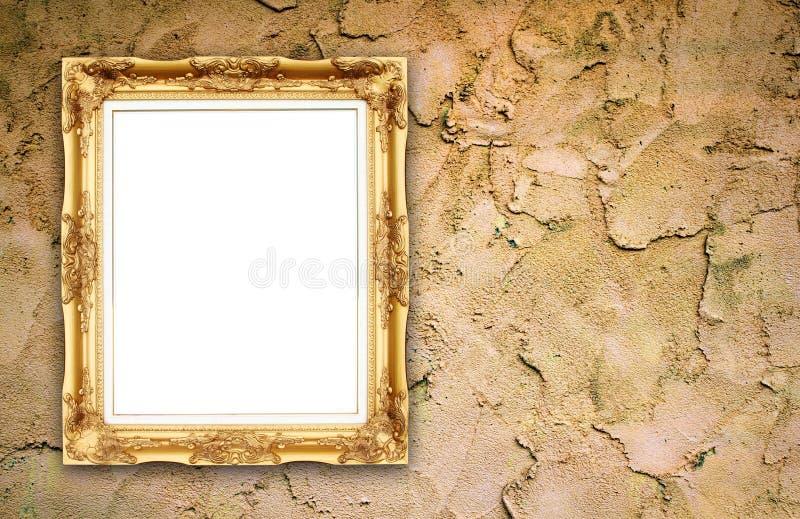Marco de oro en blanco en la pared del cemento del whtie imagenes de archivo