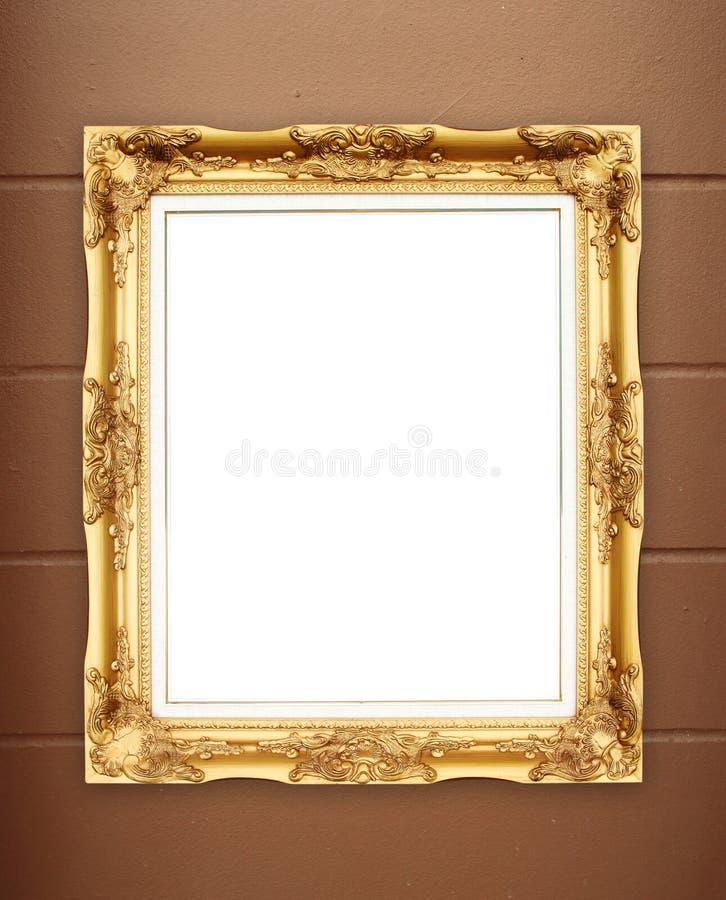 Marco de oro en blanco en la pared del cemento del whtie imágenes de archivo libres de regalías
