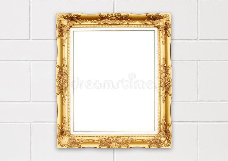 Marco de oro en blanco en la pared del cemento del whtie imagen de archivo