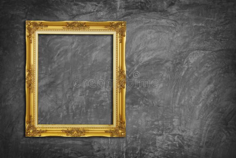 Marco de oro en el muro de cemento foto de archivo libre de regalías