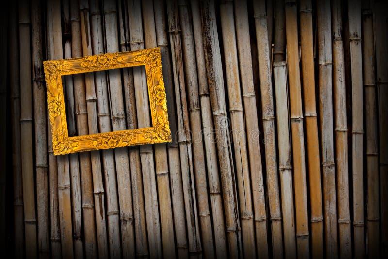 Marco de oro en la pared de bambú fotos de archivo