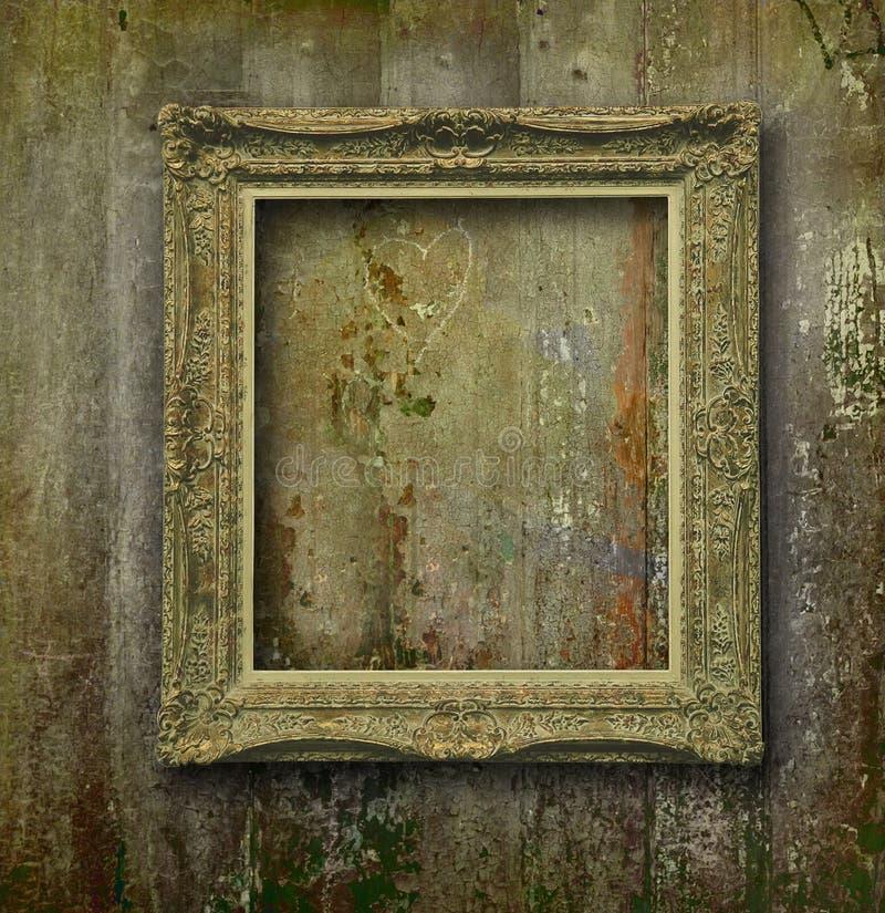 Marco de oro en la pared de madera del grunge fotografía de archivo