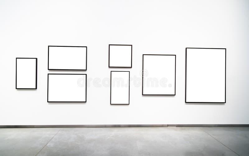 Marco de oro vacío en blanco en el fondo blanco Galería de arte, museu foto de archivo