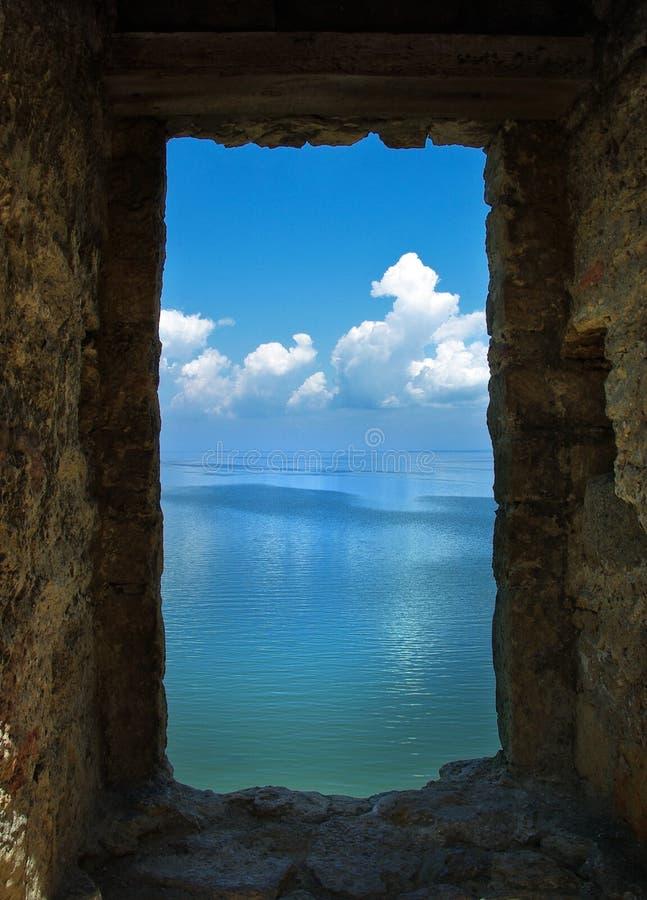 Marco de piedra del paisaje del mar foto de archivo