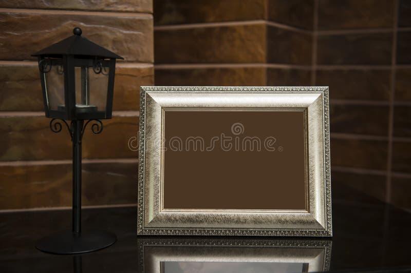 Marco de plata en blanco en el escritorio con la trayectoria de recortes imágenes de archivo libres de regalías