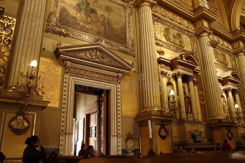 Marco de puerta de oro en catedral en León, Guanajuato Visión horizontal fotografía de archivo