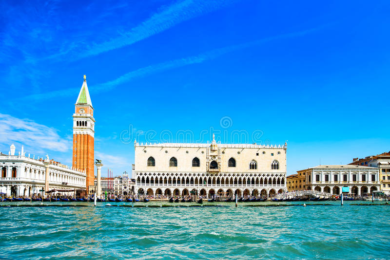 Marco de Veneza, praça San Marco com Campanile e palácio do doge. Itália imagens de stock