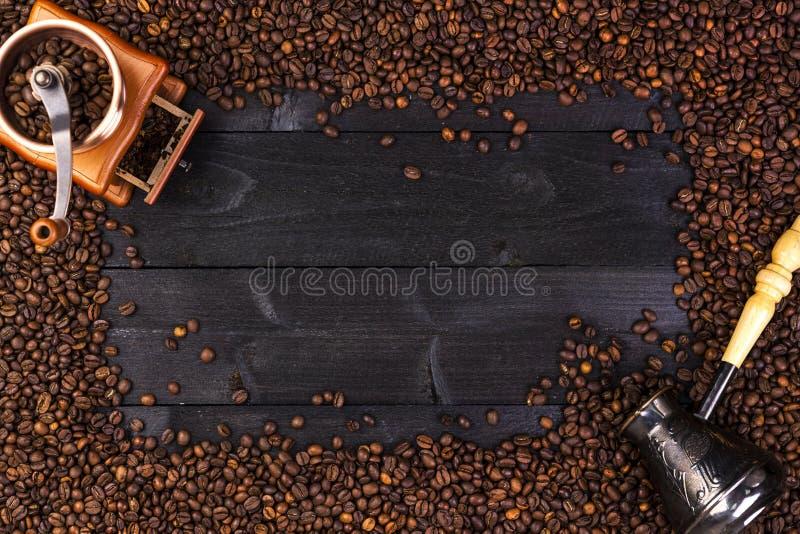 Marco del café, visión superior con el espacio de la copia Café molido, molino, cuenco de granos de café asados en fondo de mader fotografía de archivo