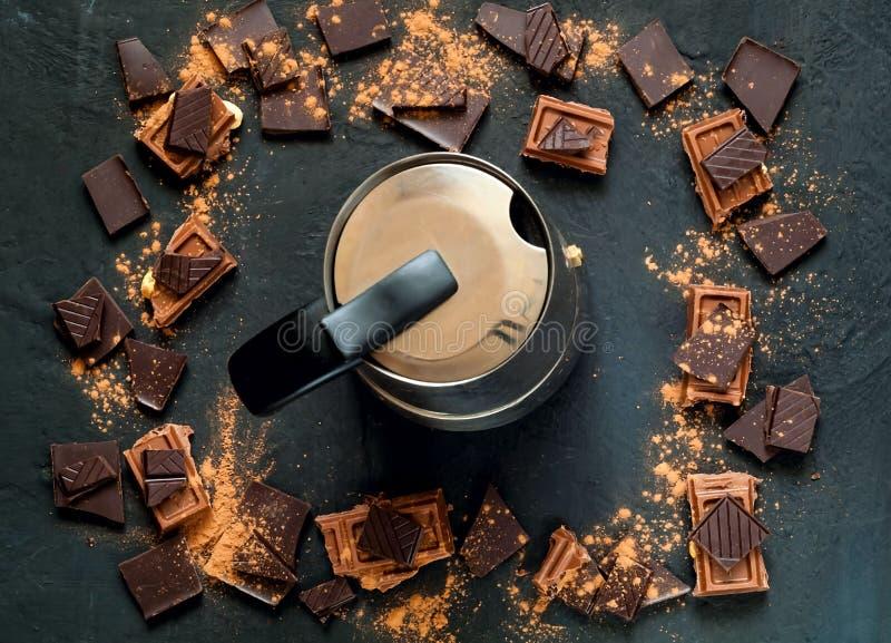Marco del chocolate y pote del café del vintage en el fondo oscuro, espacio de la copia, foto de archivo