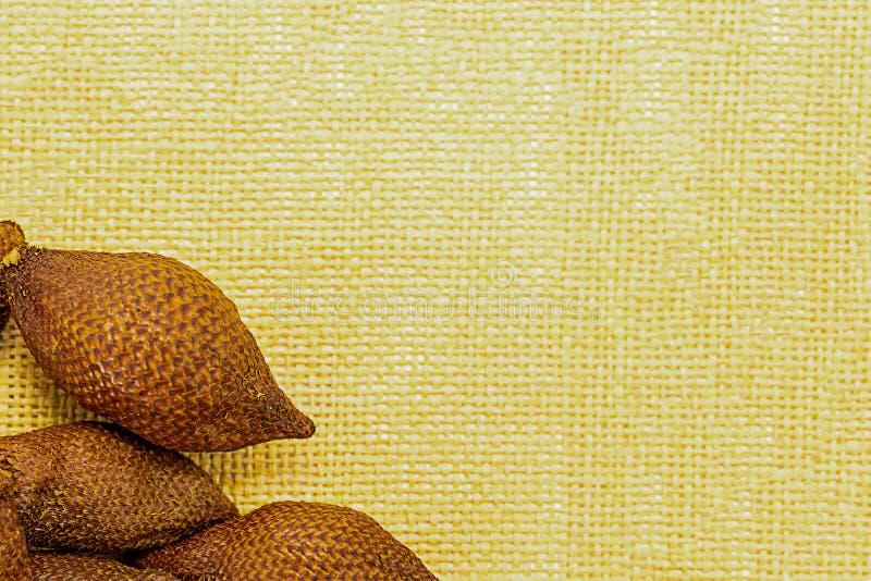 Marco del sistema de la fruta en un fondo de la maqueta amarilla de Asia Malasia Tailandia Salak de la fruta de la serpiente del  imagenes de archivo