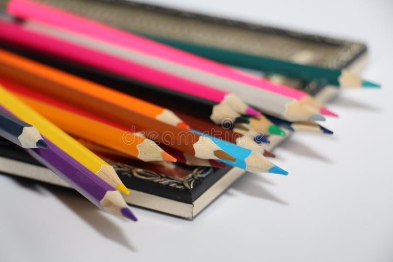 Marco del vintage para las pinturas y los lápices coloreados en un fondo blanco imagen de archivo