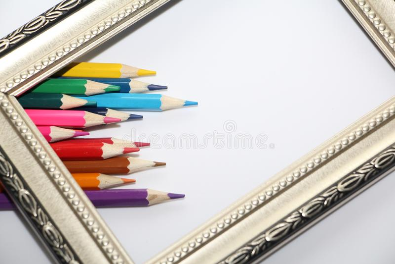 Marco del vintage para las pinturas y los lápices coloreados en un fondo blanco fotografía de archivo