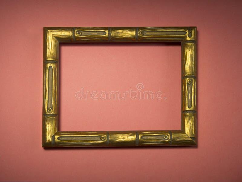 Marco dorado de madera sin una foto o imagen en un fondo imagen de archivo libre de regalías