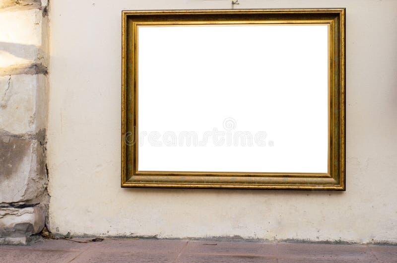 Marco en blanco adornado en la pared del edificio viejo durante la puesta del sol, Wh imágenes de archivo libres de regalías