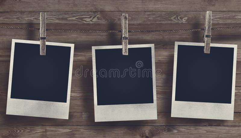 Marco en blanco de la foto en fondo de madera fotos de archivo libres de regalías