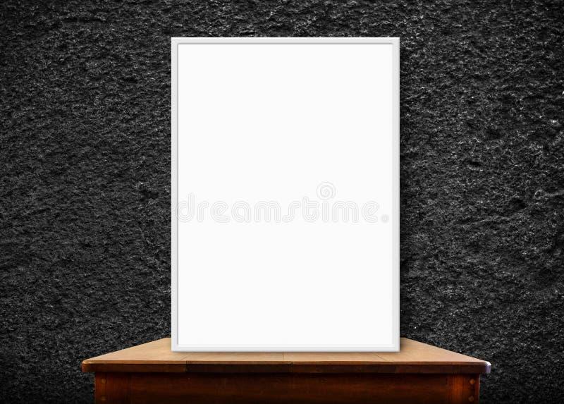 Marco en blanco en la tabla de madera en la pared de piedra negra, perspectiva de la foto fotos de archivo libres de regalías