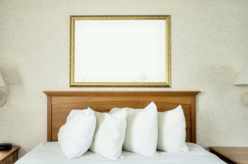 Marco en blanco sobre cama fotos de archivo libres de regalías