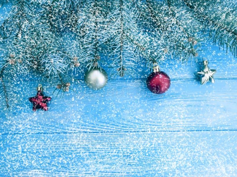 Marco estacional del vintage de la rama de árbol de navidad, fondo de madera de la decoración de la frontera del invierno, nieve imagen de archivo libre de regalías