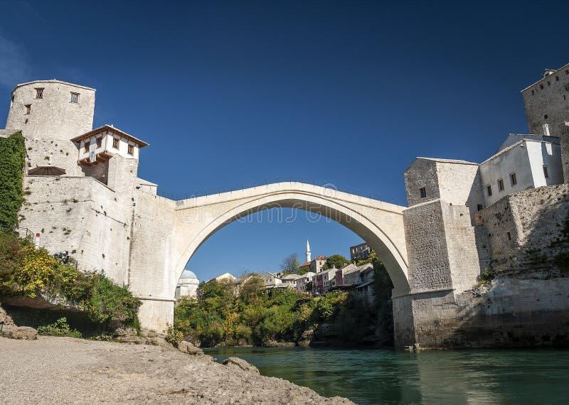 Marco famoso da ponte velha na cidade Bósnia e Herzegovina de mostar fotos de stock