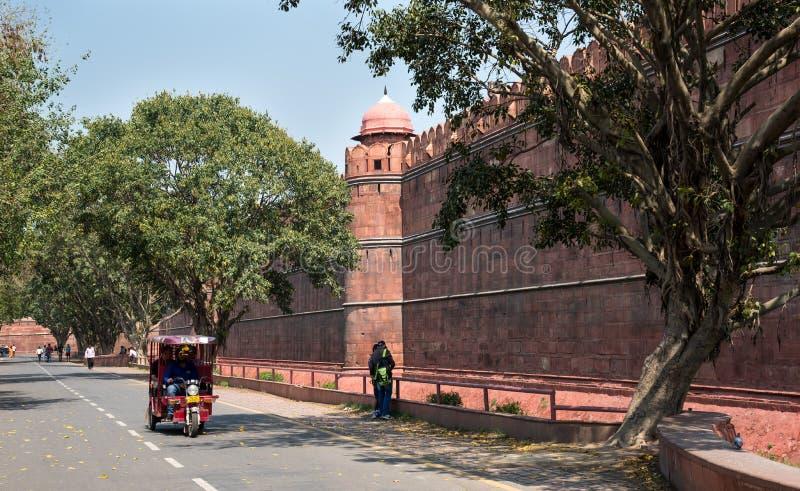 Marco famoso e forte vermelho pitoresco em Nova Deli na Índia imagem de stock