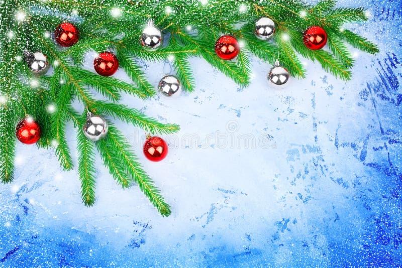 Marco festivo de la Navidad, frontera decorativa del Año Nuevo, plata brillante y decoraciones rojas de las bolas, ramas verdes d foto de archivo