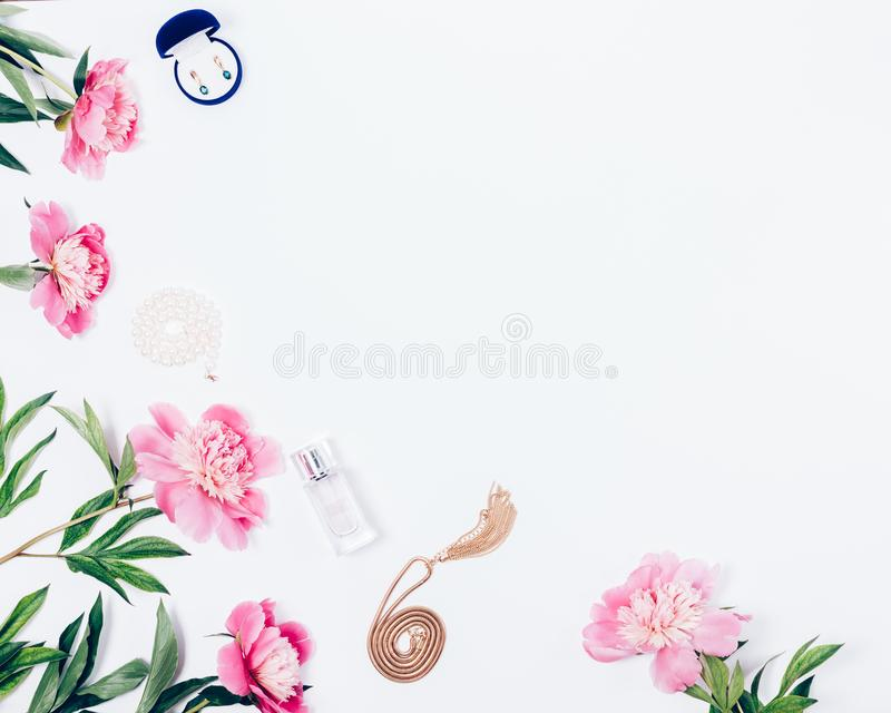 Marco floral de la endecha plana de peonías rosas claras hermosas stock de ilustración