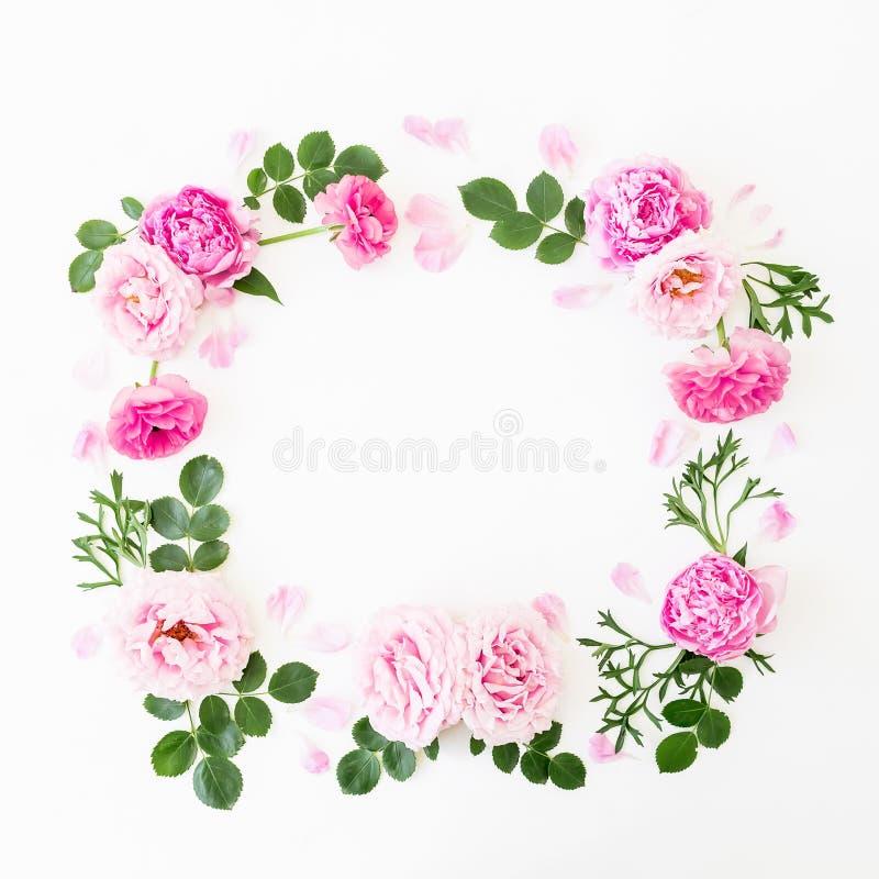 Marco floral de rosas rosadas en colores pastel, de peonías y de hojas verdes en el fondo blanco Endecha plana, visión superior C foto de archivo