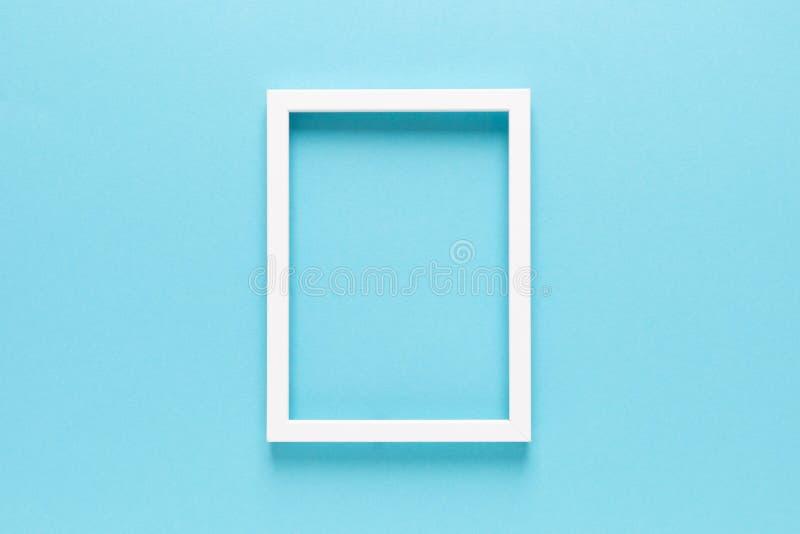 Marco fotográfico vacío en fondo azul con espacio de copia fotos de archivo libres de regalías