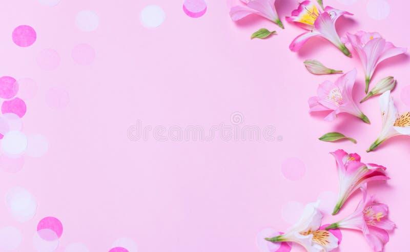 Marco hermoso hecho de las flores rosadas y del confeti rosado en fondo rosado stock de ilustración