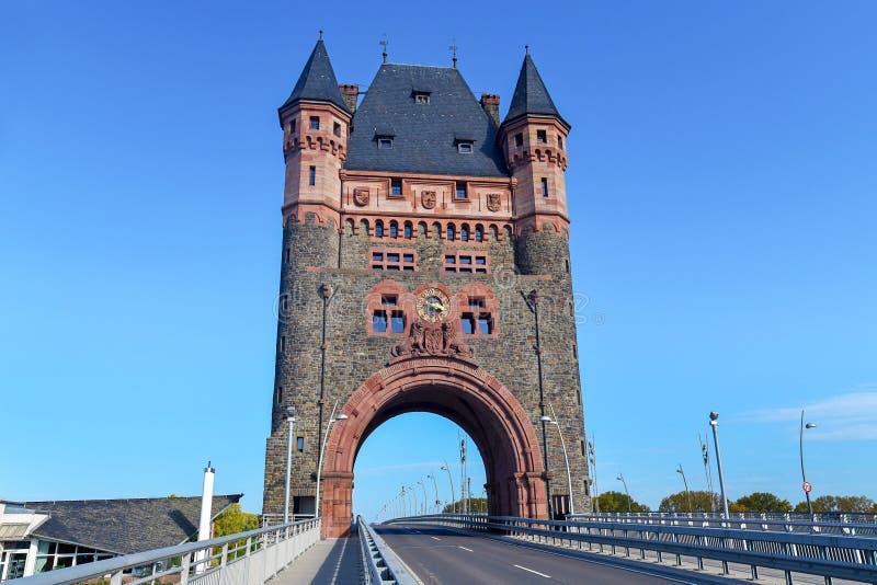 Marco histórico da torre cultural chamada Nibelungenbrücke ou Nibelungentor na ponte na cidade de Worms na Alemanha imagens de stock royalty free