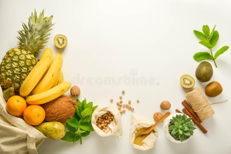 Marco inútil cero del concepto Almacenamiento de la comida Frutas y cereales en los bolsos de la materia textil del eco, tarros d foto de archivo