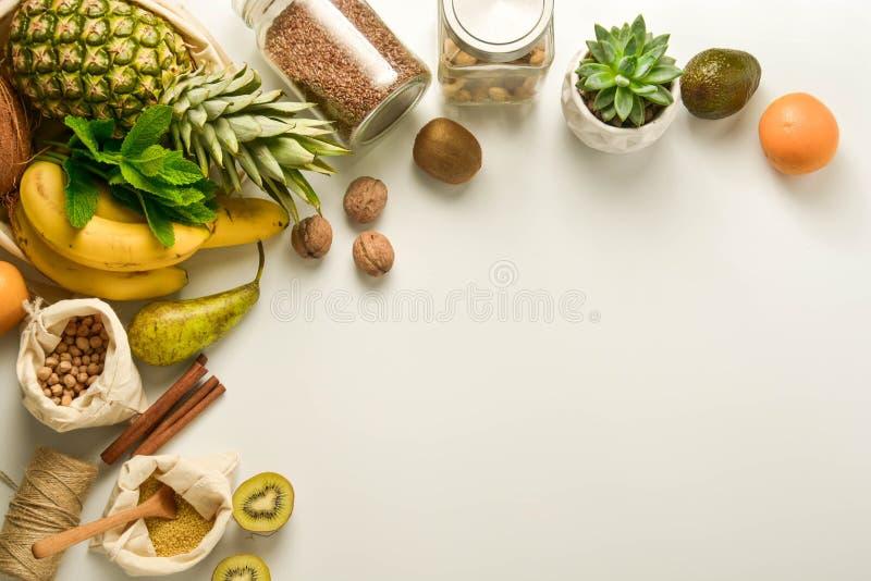 Marco inútil cero del concepto Almacenamiento de la comida Frutas y cereales en los bolsos de la materia textil del eco, tarros d fotos de archivo libres de regalías
