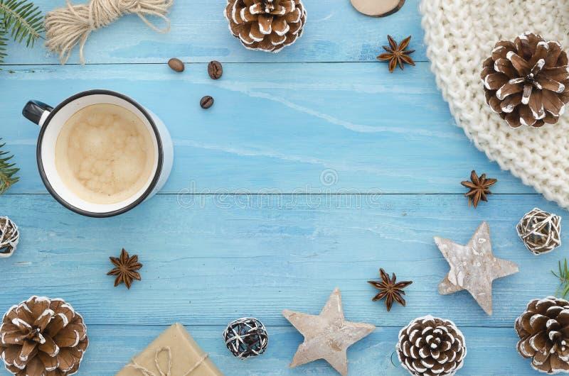 Marco mágico azul de la Navidad Tablones de madera azules rústicos con la estrella del anís, los conos del pino y el café de la m fotos de archivo