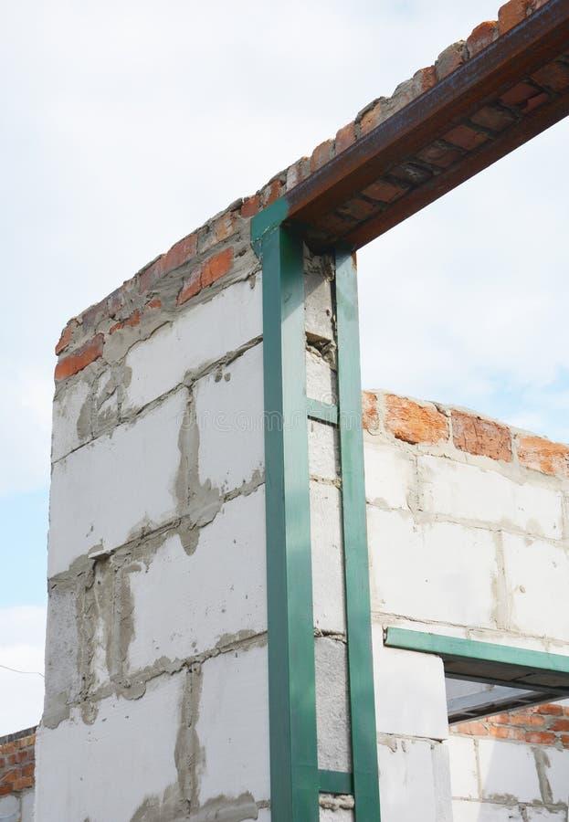 Marco metálico para la protección del edificio del terremoto estructuras Terremoto-resistentes con los marcos metálicos en dintel fotografía de archivo