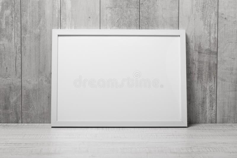Marco moderno vacío del estilo en la pared foto de archivo