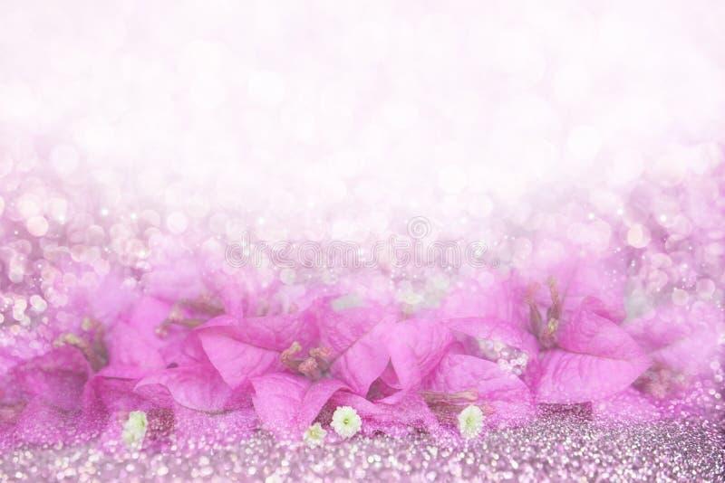 Marco púrpura romántico de la buganvilla de la flor en la idea del fondo del brillo del bokeh para la tarjeta de la invitación de fotos de archivo libres de regalías