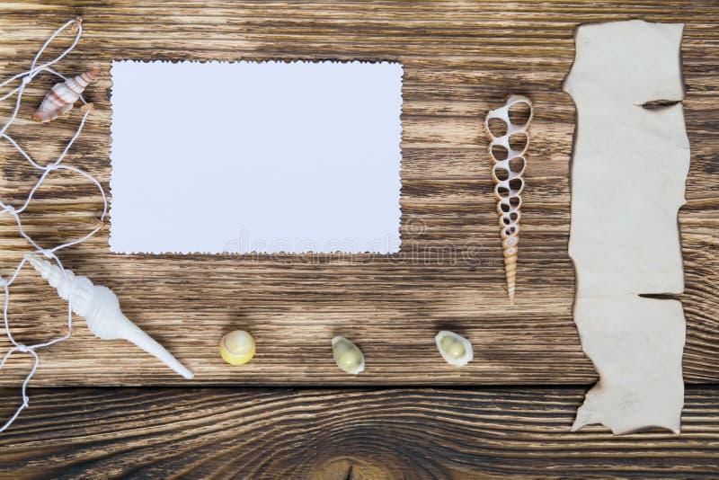 Marco para una foto y una inscripción en una tabla de madera foto de archivo
