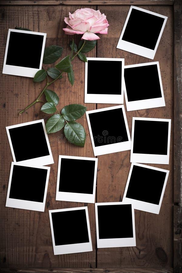Marco polaroid de la foto del vintage en la madera fotografía de archivo libre de regalías