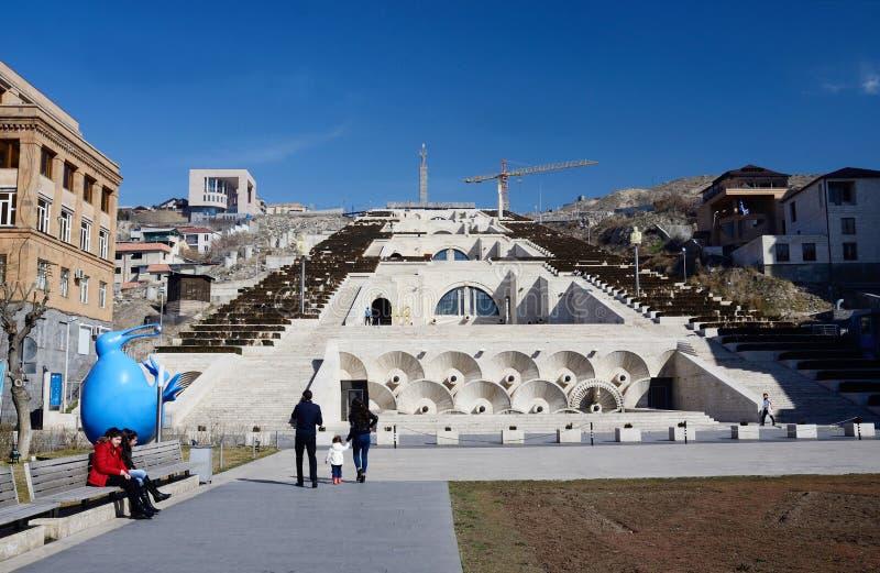 Marco principal de visita do Yerevan do turista - conecte a escadaria foto de stock royalty free