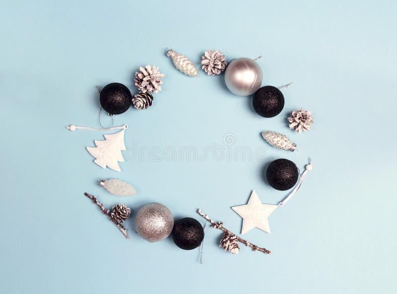 Marco redondo de las decoraciones de la Navidad con el espacio de la copia en el CCB azul imagen de archivo libre de regalías