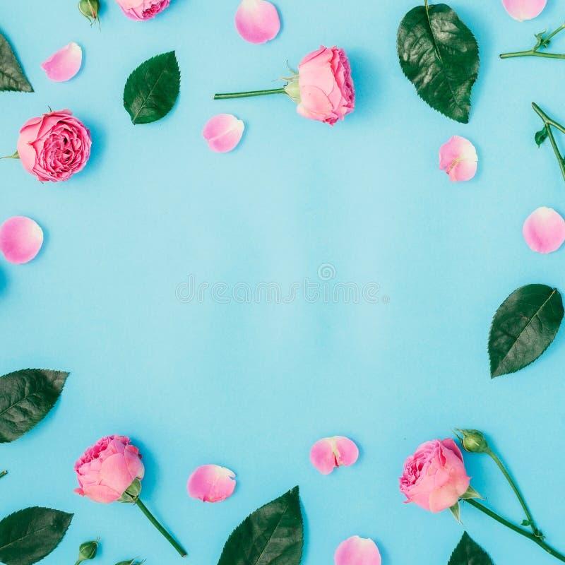 Marco redondo hecho de rosas y de hojas rosadas del verde foto de archivo